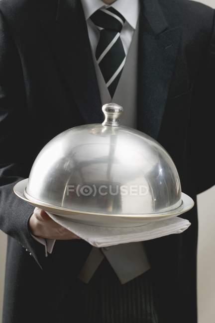 Zugeschnittenen Überblick Kellner Servierplatte Kuppel überdacht — Stockfoto