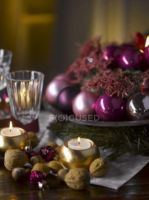 Tisch decken mit Weihnachtsschmuck — Stockfoto