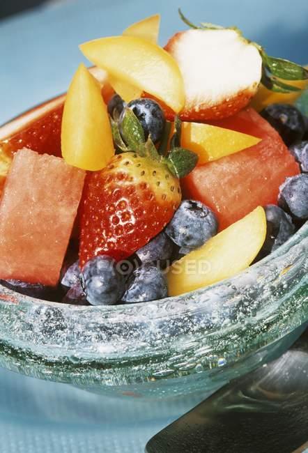 Вид крупным планом фруктового салата в миске — стоковое фото