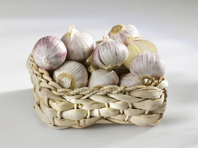 Bulbos de ajo en cesta - foto de stock