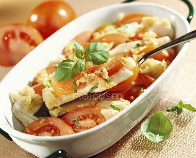 Запеченная треска и томатный с базиликом — стоковое фото