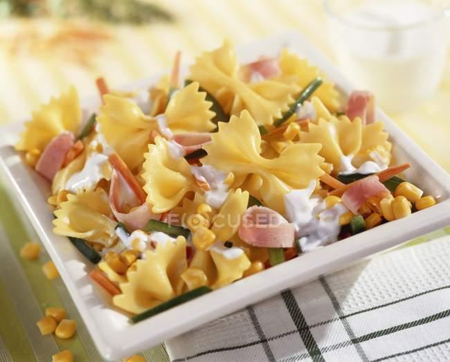 Pasta di farfalle con mais dolce e del prosciutto — Foto stock