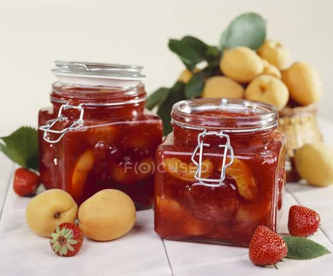 Preservare la fragola e albicocca — Foto stock