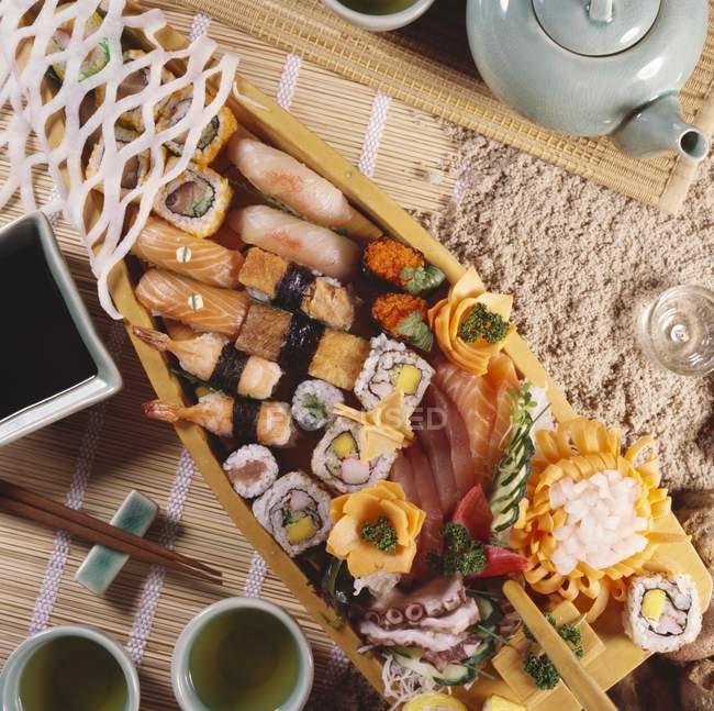 Bateau de sushi complet avec maki et nigiri — Photo de stock