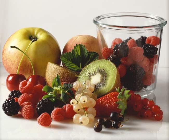 Свежие фрукты и ягоды — стоковое фото