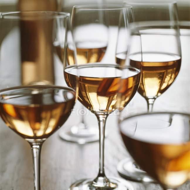 Келихів вина з троянди — стокове фото