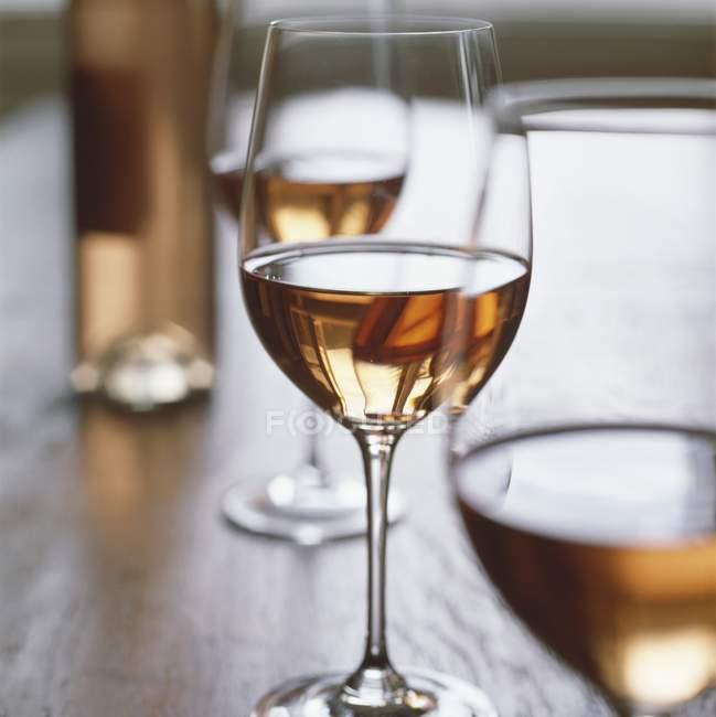 Бокалы розового вина — стоковое фото