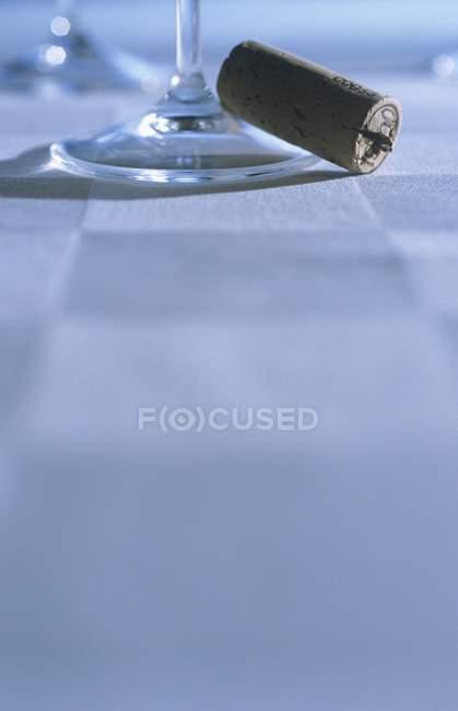 Vue de dessous de verre à vin avec bouchon en liège — Photo de stock