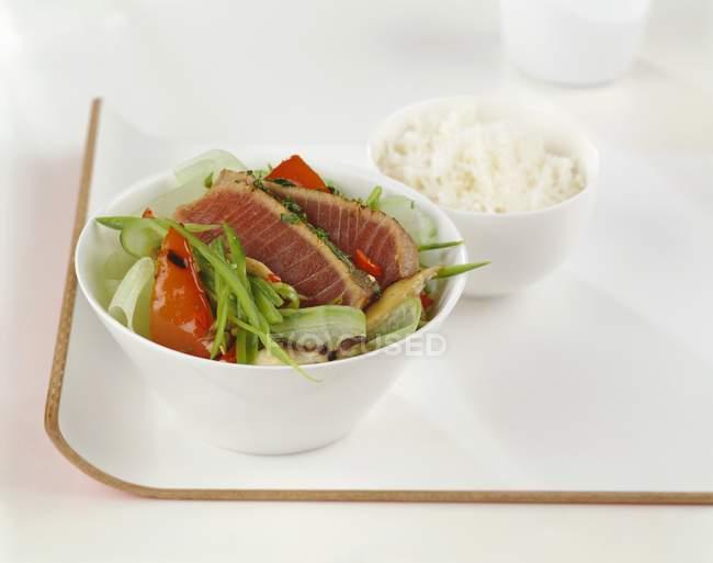 Filet de thon poêlé sur salade — Photo de stock