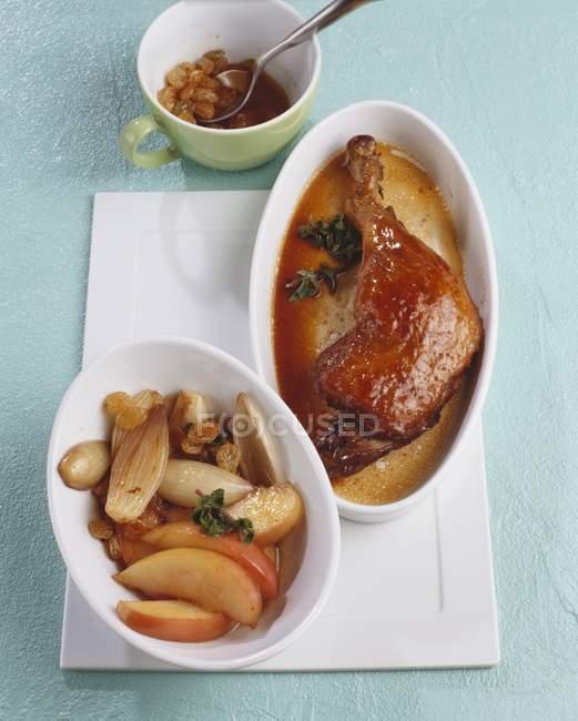 Coscia di anatra con cipolle e uvetta — Foto stock