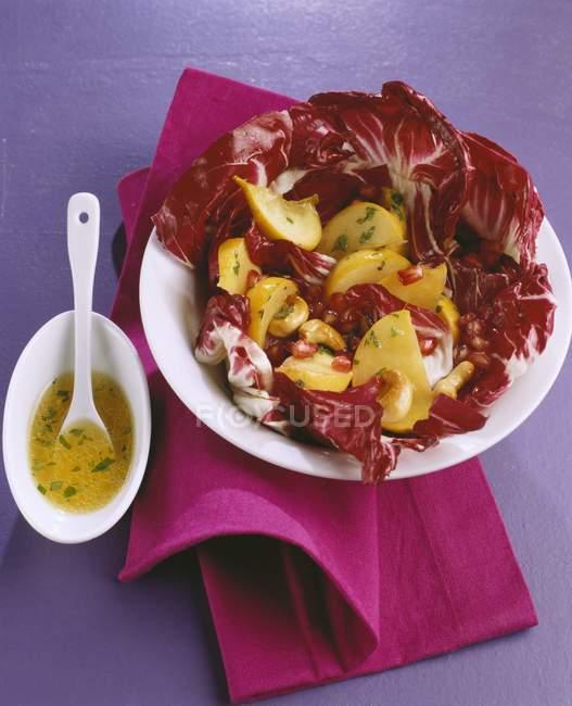 Wintersalat: Radicchio mit Steckrübe auf weißem Teller über rotem Handtuch auf violetter Oberfläche — Stockfoto