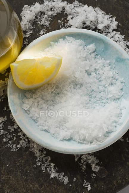Сіль грубого помелу з лимона скибочка — стокове фото