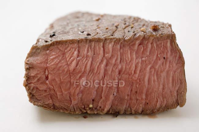 Bistecca di manzo con un pezzo tagliato — Foto stock