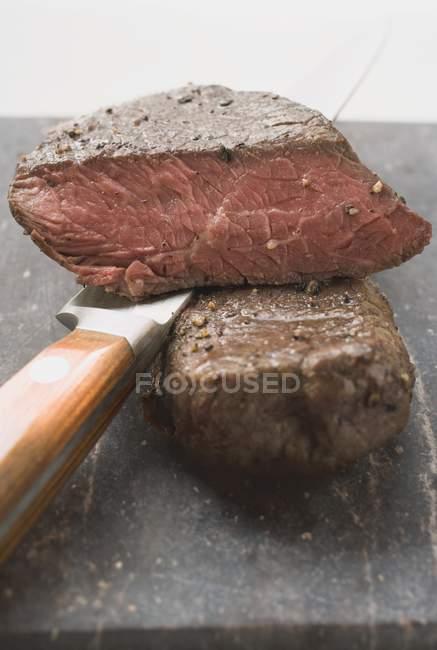 Bistecche di manzo con coltello — Foto stock
