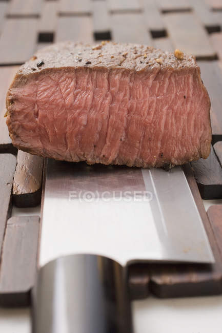 Bistecca di manzo con coltello — Foto stock