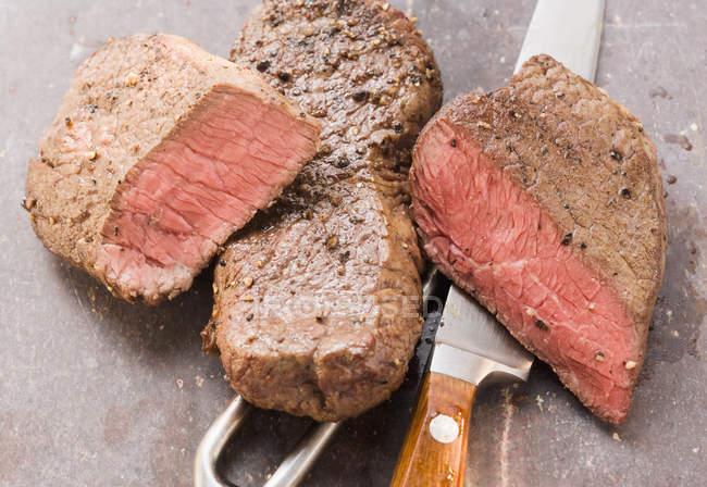 Две говяжьи стейки — стоковое фото