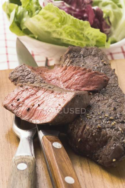 Стейки из говядины, частично нарезанный — стоковое фото