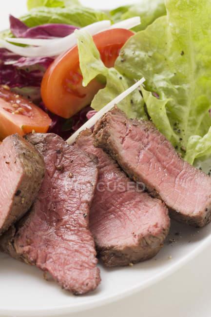 Steak de boeuf, tranché, salade — Photo de stock