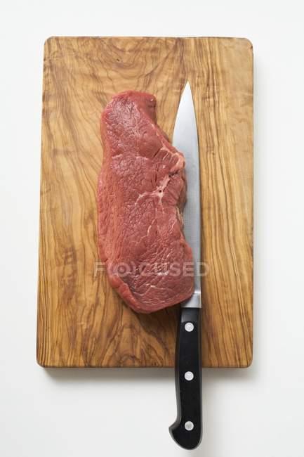 RAW Філе яловичини з ножем — стокове фото