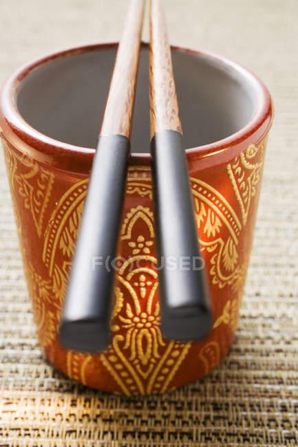 Азіатський порожній склянку з паличками для їжі — стокове фото