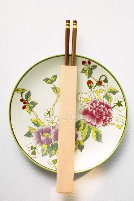 Chinese plate and chopsticks — Stock Photo