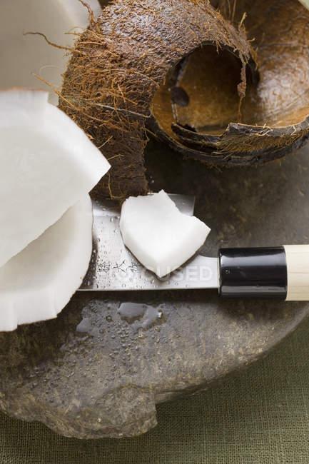 Свежесрезанные кокос с ножом — стоковое фото