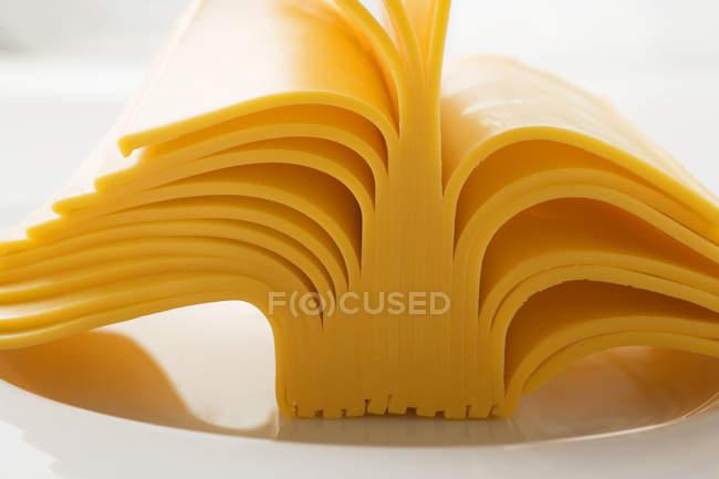 Сырные ломтики на тарелке — стоковое фото