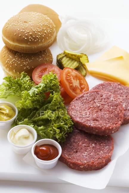 Ingredientes para cheeseburgers a bordo — Fotografia de Stock