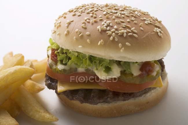 Hamburguesa con patatas fritas y mayonesa - foto de stock