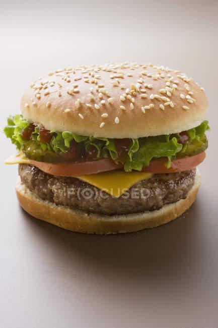 Hamburguesa con queso y lechuga - foto de stock