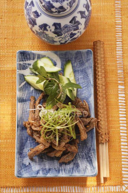 Полоски говядины с огурцом — стоковое фото