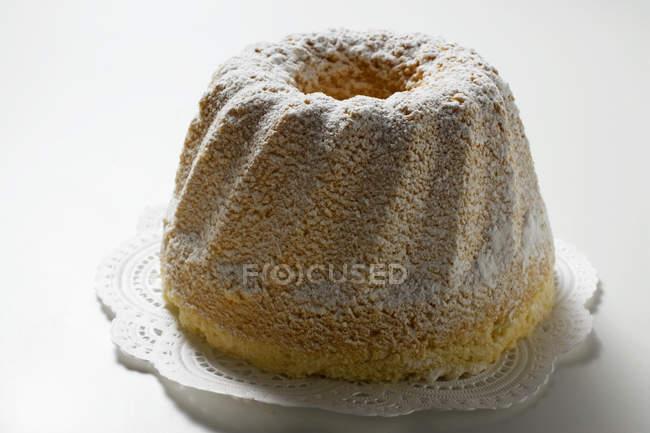 Кольцо торт с сахарной пудрой — стоковое фото