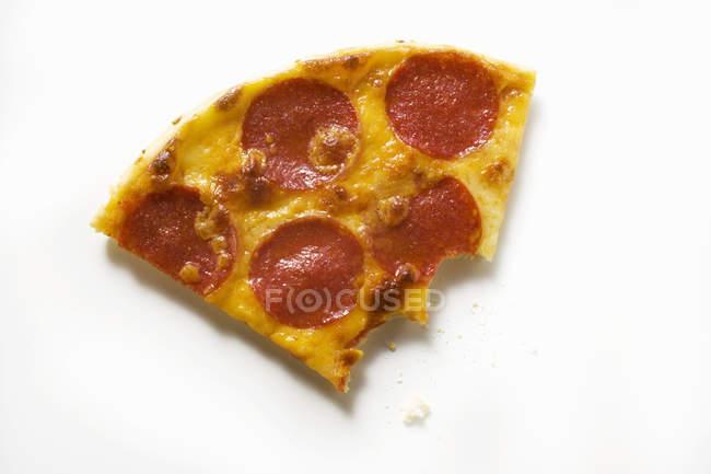 Pezzo di salame e pizza al formaggio — Foto stock
