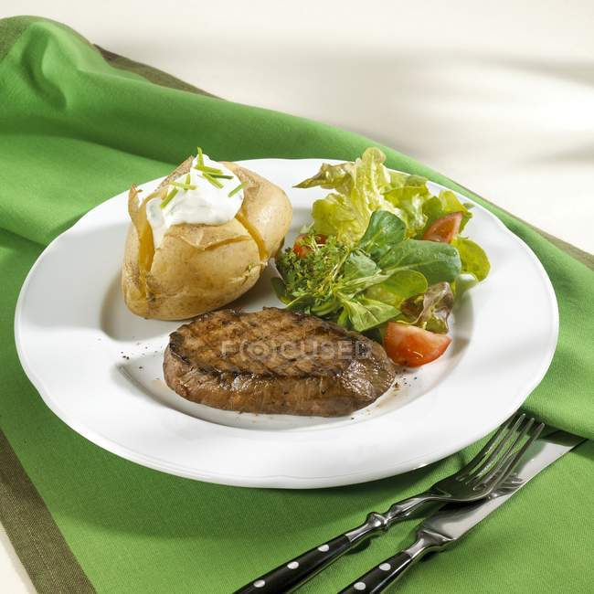 Стейк з телятини з запечена картопля — стокове фото