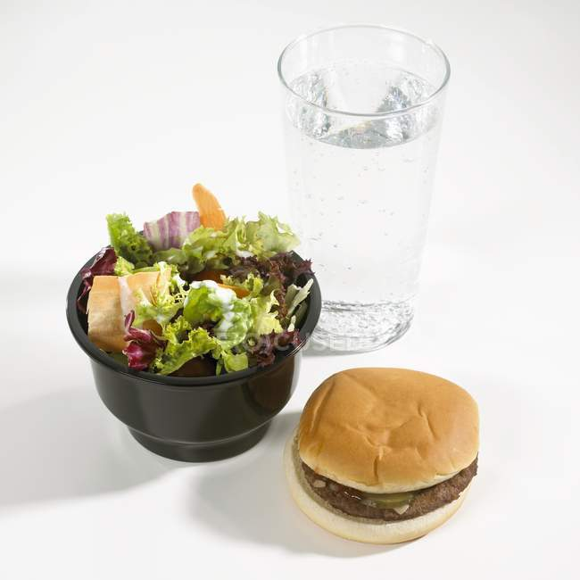 Hambúrguer e água mineral — Fotografia de Stock
