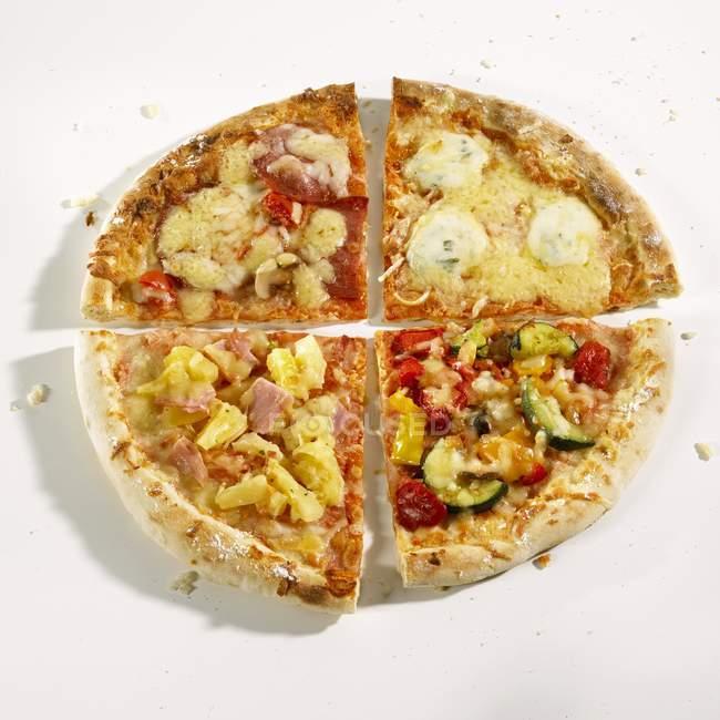 Четыре различных пицц — стоковое фото