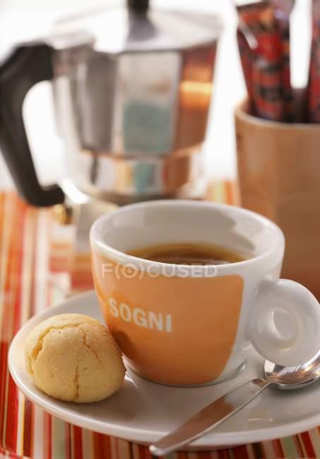 Detailansicht des Espresso-Konditorei in der Nähe von Kaffeemaschine — Stockfoto