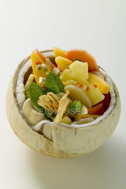 Vista del primo piano dell'insalata di frutta esotica in cocco scavato-fuori — Foto stock