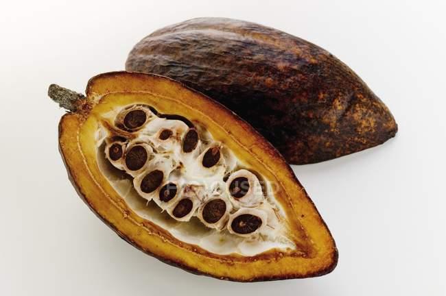 Vaina de cacao crudo en corte - foto de stock