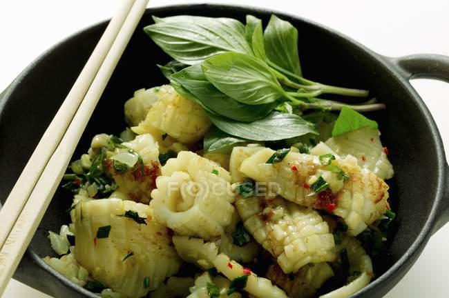 Würzige Tintenfisch mit Thai-Basilikum — Stockfoto