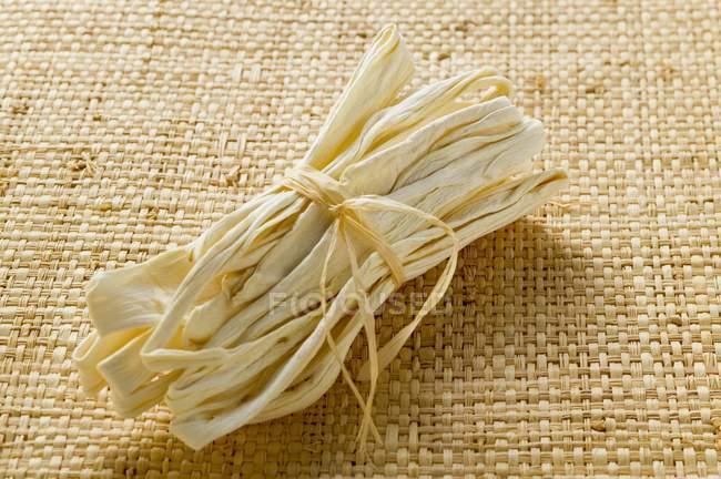 Полоски сушеной тыквы в пачке — стоковое фото