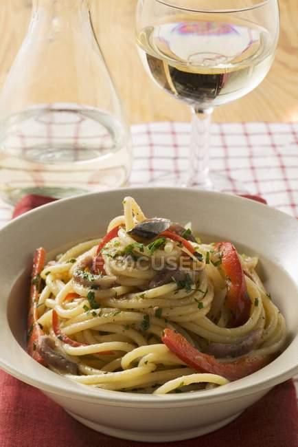 Спагетти с анчоусами и перцем — стоковое фото