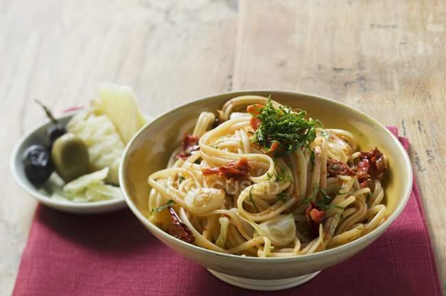 Espaguetis con tomates secos - foto de stock