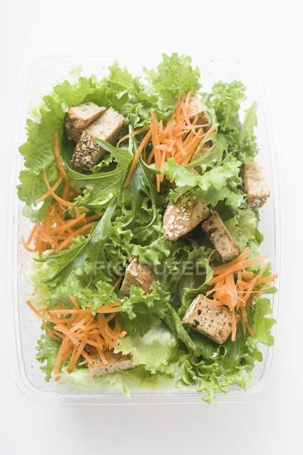 Hojas de ensalada con zanahorias - foto de stock