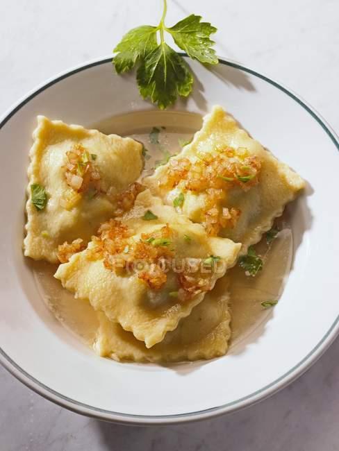 Sobres de pasta con cebolla - foto de stock
