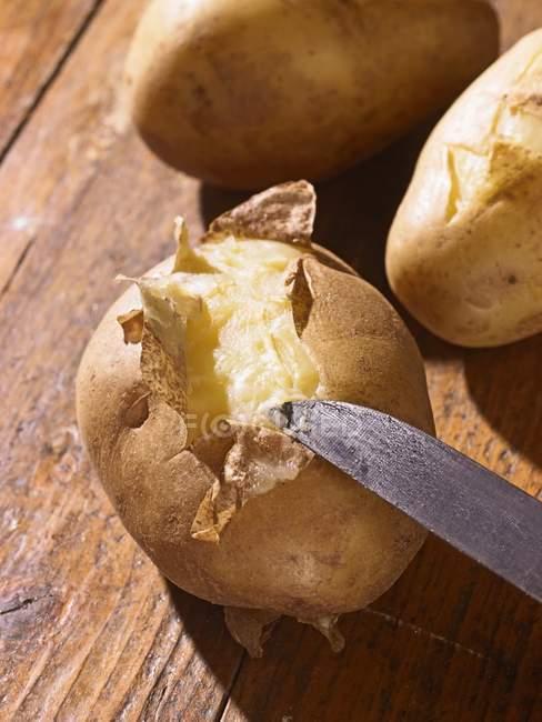 Gekochte Kartoffeln mit Messer — Stockfoto