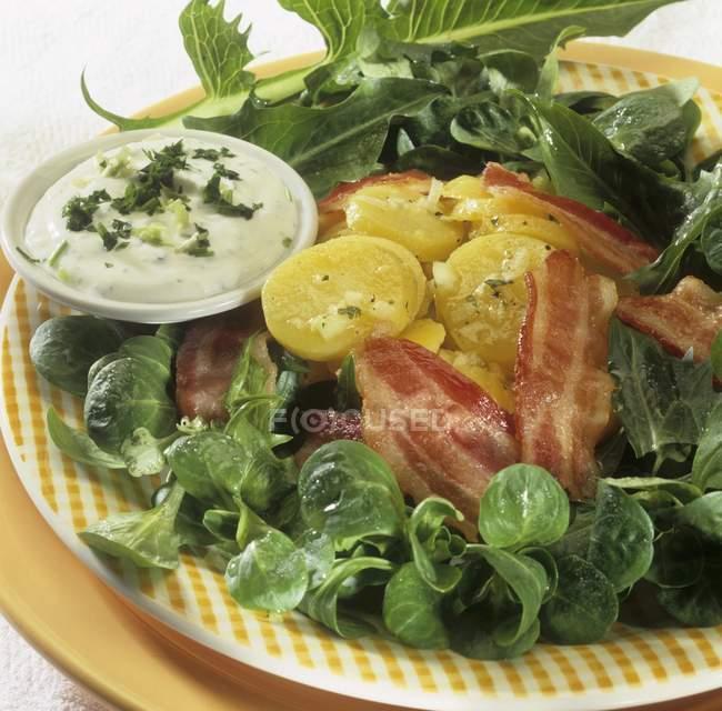 Insalata di mais con patate e pancetta — Foto stock