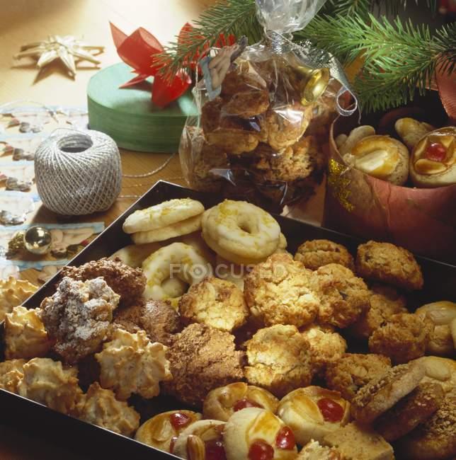 Surtido galletas en la bandeja de la hornada - foto de stock