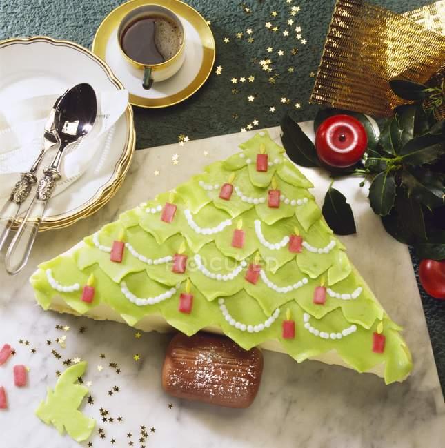 Bolo de árvore de Natal na mesa — Fotografia de Stock