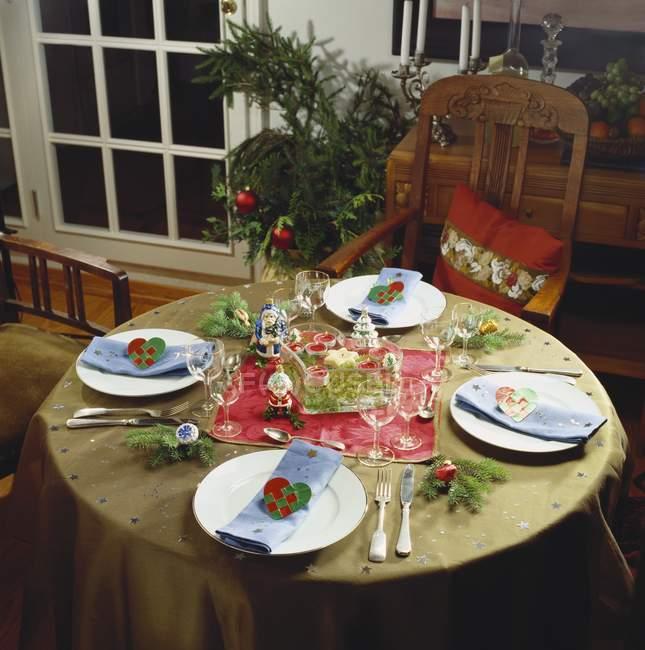 Праздничный стол украшенные рождественские — стоковое фото